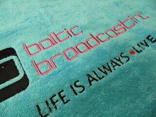 Tikitud logo käterätikul